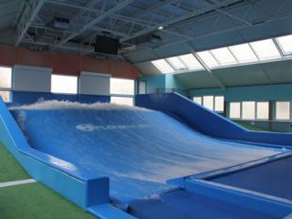 Искуственная волна для серфинга в Москве (Flowrider)