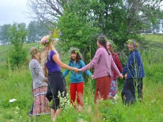 Приглашаем в поход выходного дня на майские праздники! 1-3 мая и 8-10 мая, Тульская область. Поход с интересными мастер-классами, фотосессиями и культурно-праздничной программой, позволяющей прикоснуться к истокам традиций различных народов мира. Наш поход - это прекрасный шанс научиться водить хороводы, творчески проявить себя, окунуться в атмосферу ранней весны, сделать красивые фото, пройдя по живописным местам вдоль реки Осетр, посидеть у костра в лесу и искупаться в святом источнике.